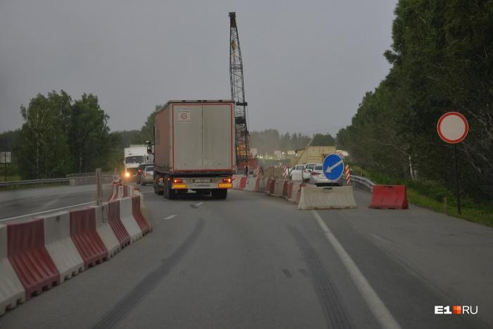 Половина моста сейчас закрыта для транспорта