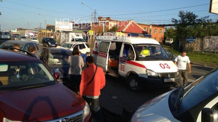 В страшной аварии на 60 лет Октября разбились 5 машин