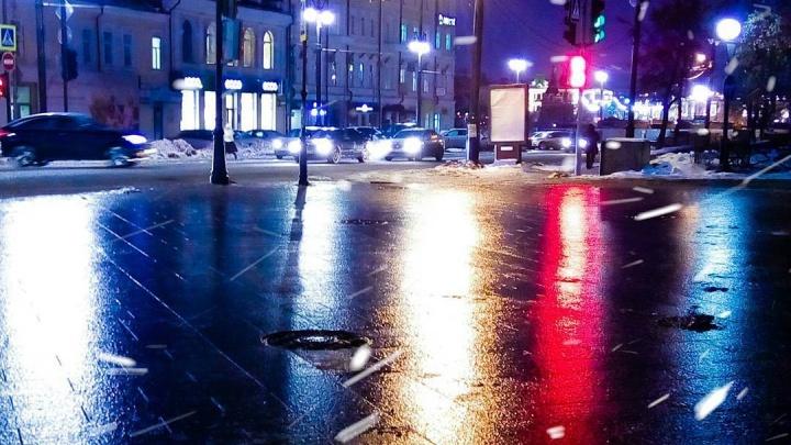«В окно увидели зарево, свет моргал»: смотрим, что происходит в Омске во время весенней пурги