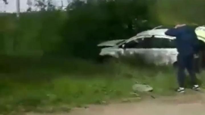 В Перми иномарка врезалась в бетонный блок: водителя и 19-летнюю пассажирку увезли в больницу