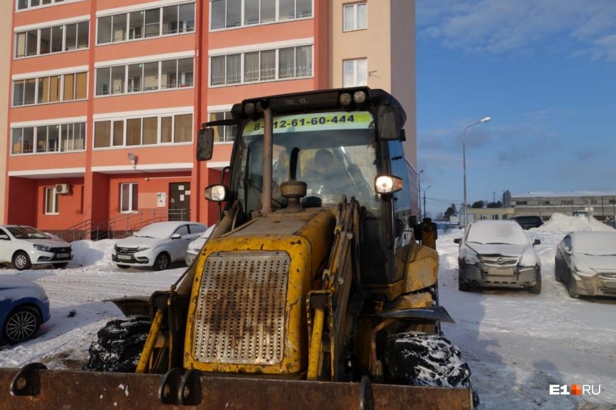 Техника должна была убрать снег и поставить забор, но жильцы ей помешали