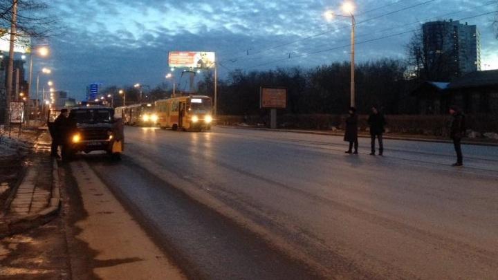 На Челюскинцев встали трамваи из-за ДТП на рельсах с полицейской машиной