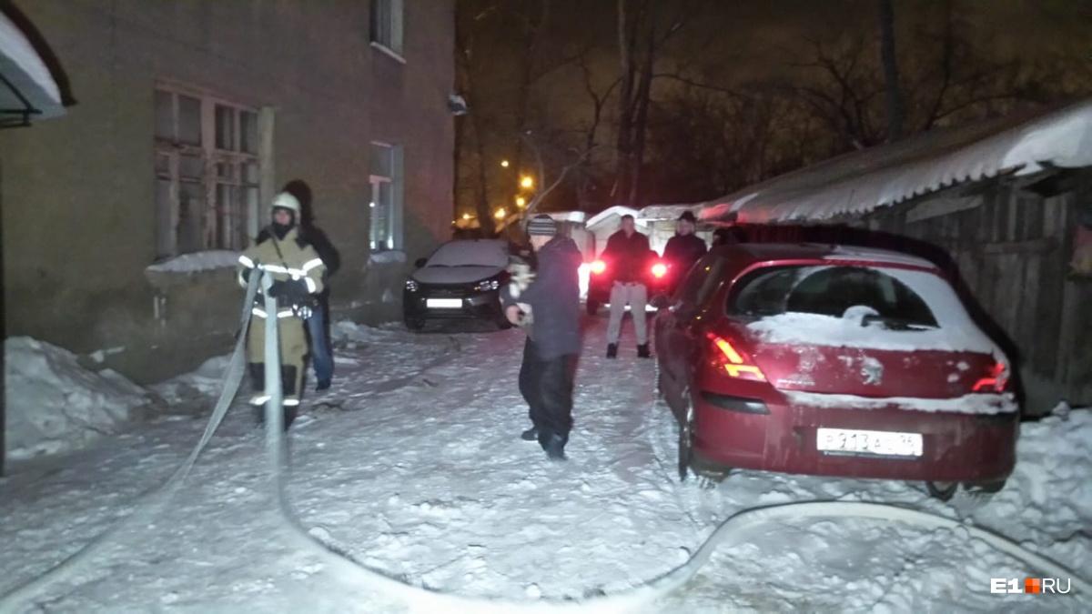 Одного спасли, второй погиб: пожарные вытащили из горящей квартиры в Базовом переулке двоих мужчин