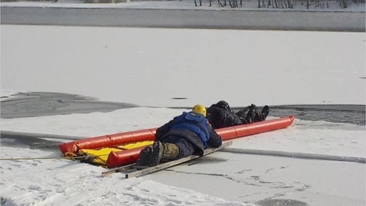 В Канске двое рыбаков дрейфовали на отколовшейся льдине