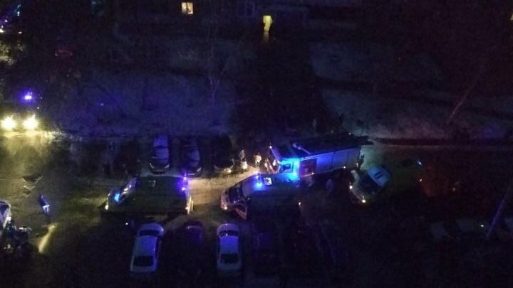 «Одного человека откачивают толпой, второй в скорой»: на ЖБИ вспыхнул пожар в квартире