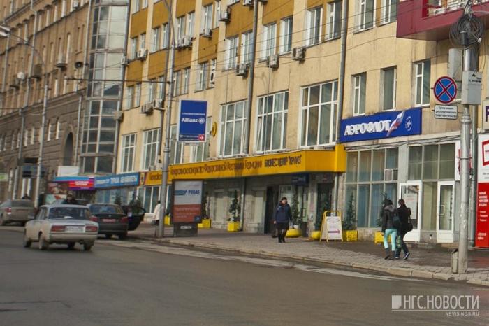 Машины с дипломатическими номерами парковались напротив консульства Германии на выделенной полосе для общественного транспорта под знаком «Остановка запрещена»