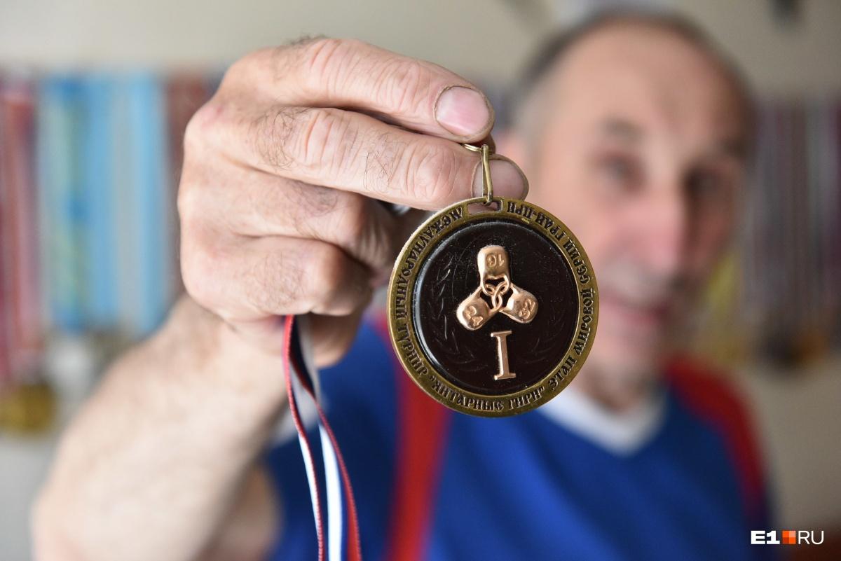 Одна из самых дорогих для него — медаль с Кубка мира, она из янтаря. «Янтарь представляет вечность, это соприкосновение с вечностью, можно сказать», — говорит Сергей Александрович