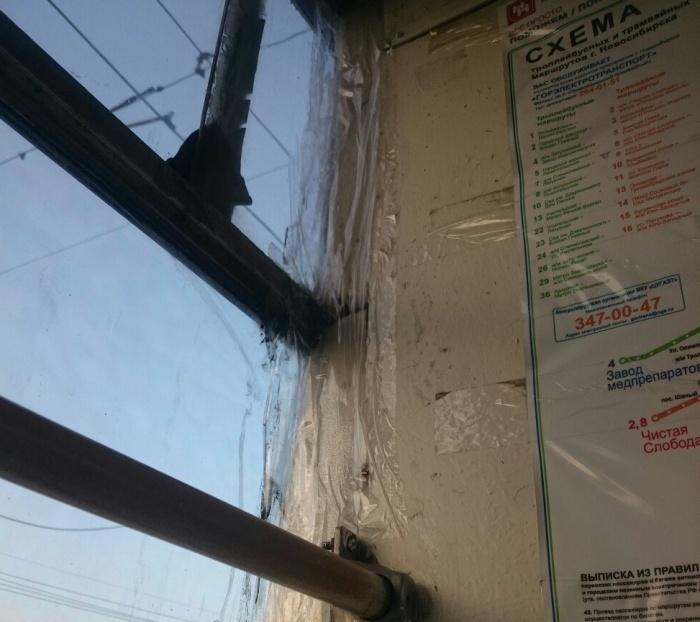 Стёкла и поручни трамвая  № 14  перемотаны скотчем