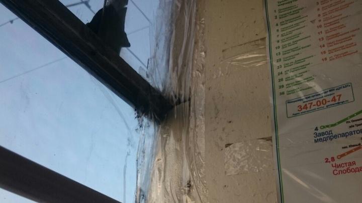 «Отремонтировали с помощью скотча»: новосибирцев возмутило состояние трамвая № 14