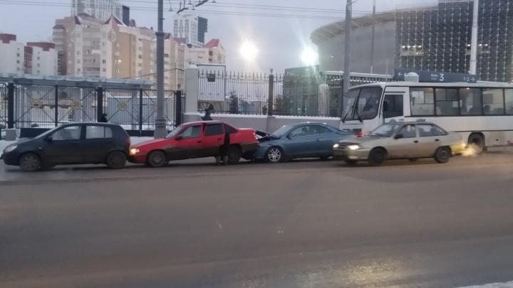 У Центрального стадиона паровозиком столкнулись три иномарки и маршрутка