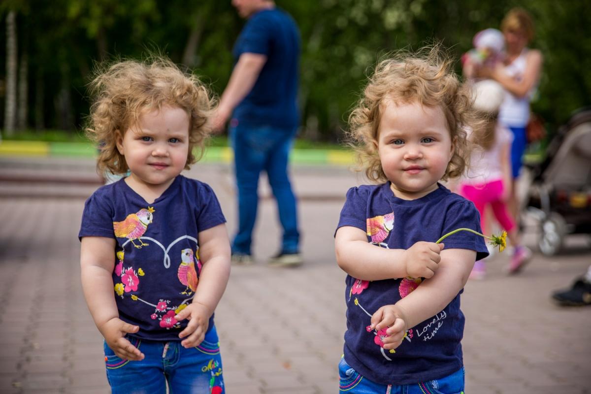 В Новосибирске 28 мая встретились родители 40 двойняшек. На фото: трехлетние Ника и Вика