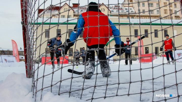 Омские болельщики «Авангарда» поиграли в хоккей в валенках и завоевали поездку в Балашиху