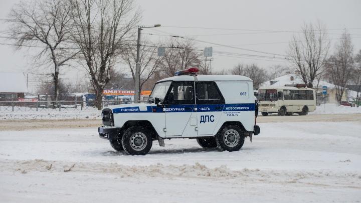 Под Новосибирском автомобиль вылетел в кювет и перевернулся — людей зажало в машине