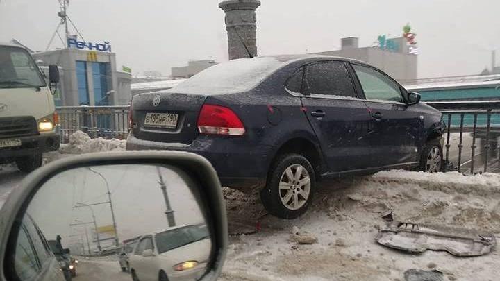 Иномарка повисла на разделителе на Коммунальном мосту в Новосибирске (фото)