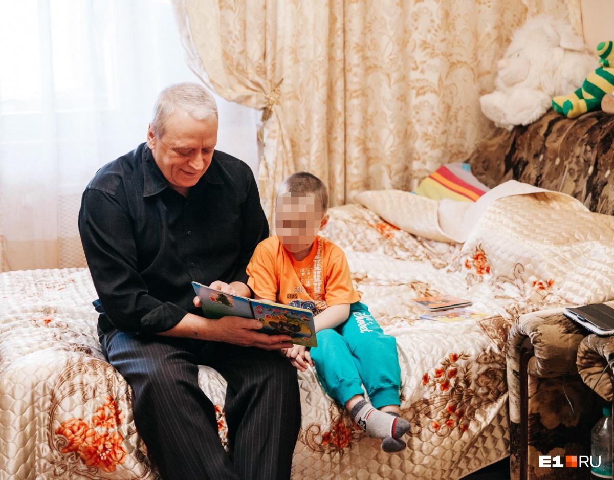 Пока мы разговариваем с Галиной Викторовной на кухне, Илюша с дедом играют в комнате