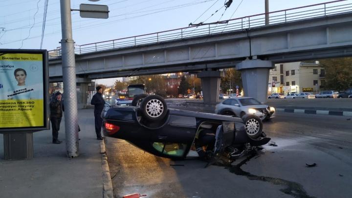 «Мерседес» перевернулся на крышу рядом с автовокзалом