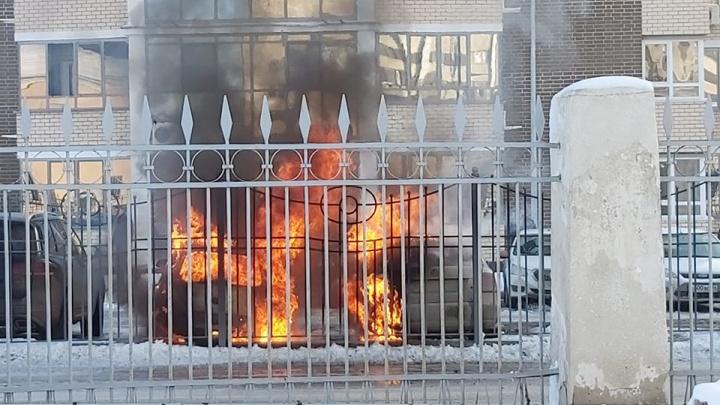 В Волгограде во дворе жилого комплекса сгорели три иномарки