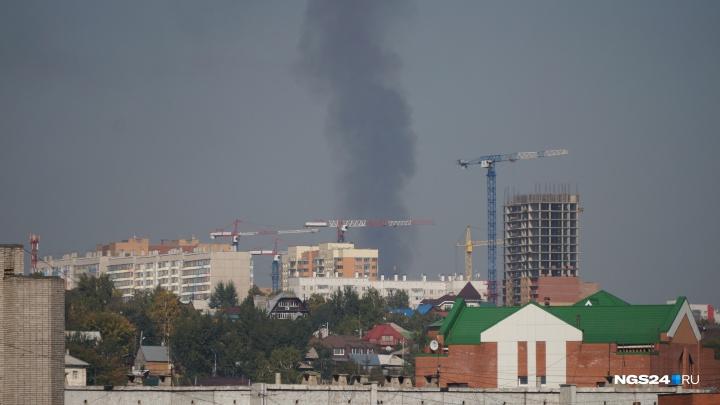 На Северном шоссе загорелось здание: дым от пожара добрался до центра города