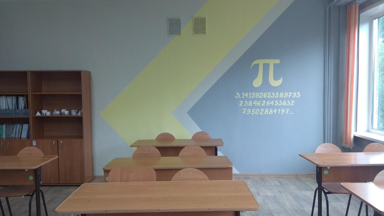 Но больше всего повезло ученикам школ №45 и 150: тут стены украсили шпаргалками. Теперь здесь можно найти число пи и другие значения.