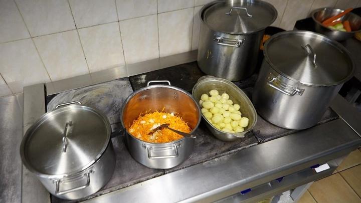 Рассказываем, как готовят еду для красноярских самолётов и чем отличается меню для капитана