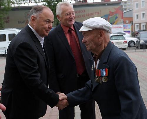 Почетный меценат Совмен раздал каждому ветерану войны по 50 тысяч