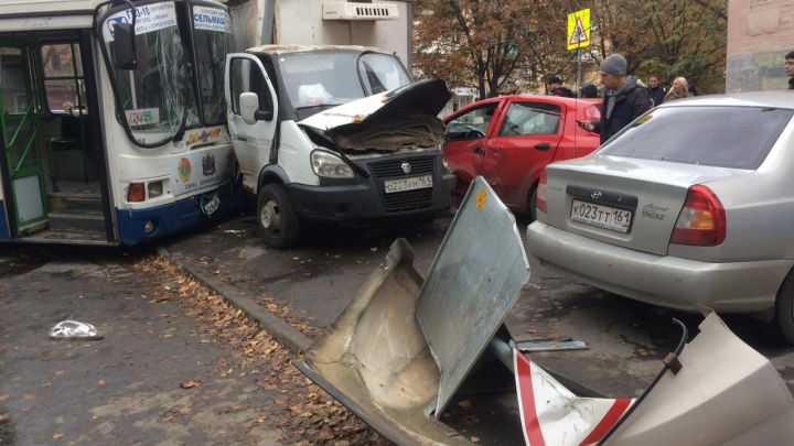 В Ростове произошло массовое ДТП с участием автобуса, «Газели» и двух легковушек