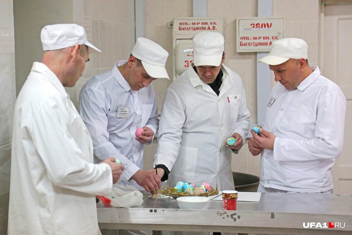 Суровые уфимские заключенные  раскрашивают яйца на Пасху тоненькими кисточками