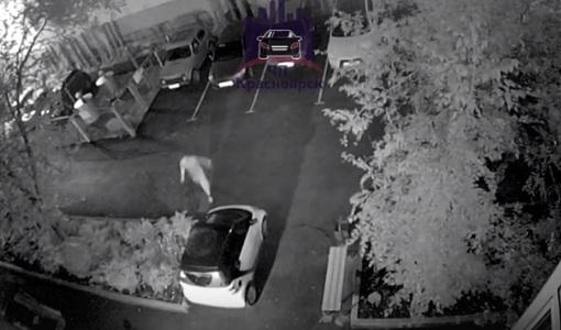 «Не оправдал надежд»: выставленный девушкой и приятелем парень накинулся на припаркованную машину