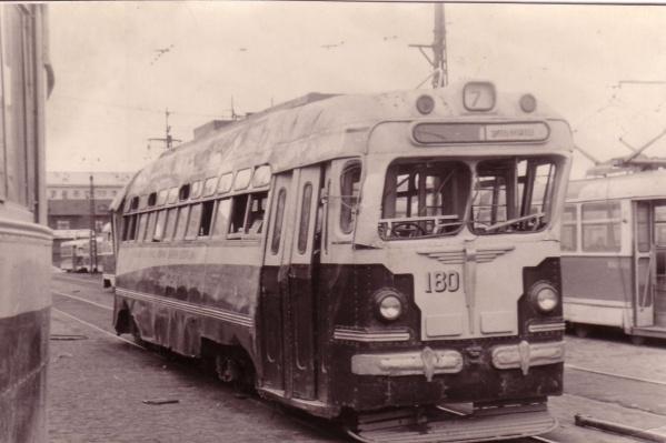 Трамвай №7 после аварии в депо