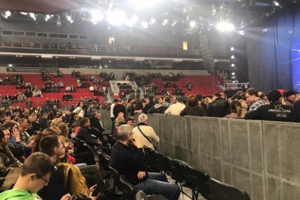 Зрители из VIP-партера смотрели на спины и другие части тела людей из фан-зоны, а не на концерт