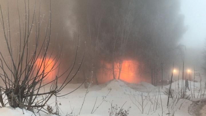 Сухарную заволокло дымом: к горящему складу с шинами съехались 90 спасателей