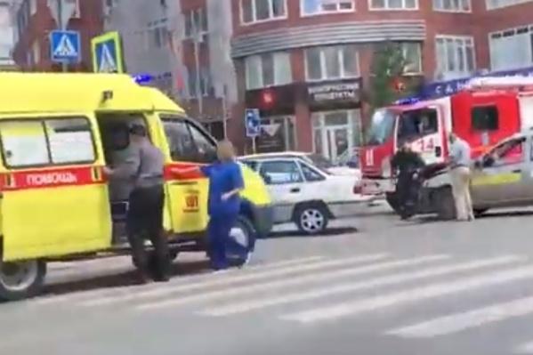 На место выезжали сотрудники скорой, пожарные для помощи и инспекторы ГИБДД