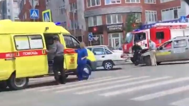 В аварии с участием такси на Малыгина пострадали три человека. Один из них попал в больницу