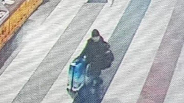 Baza: мужчину, бросившего двух детей в Шереметьево, видели в Ростове