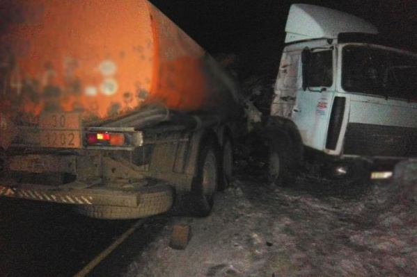Один грузовик от удара вынесло на обочину