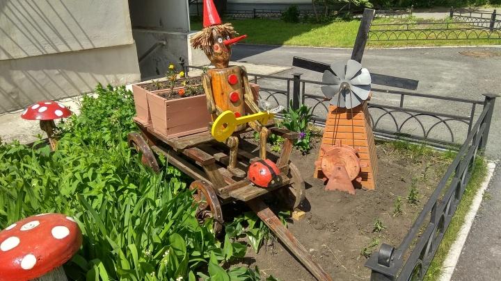 Маленькие мельницы и страшные фигуры: как екатеринбуржцы украшают газоны у своих домов и палисадники