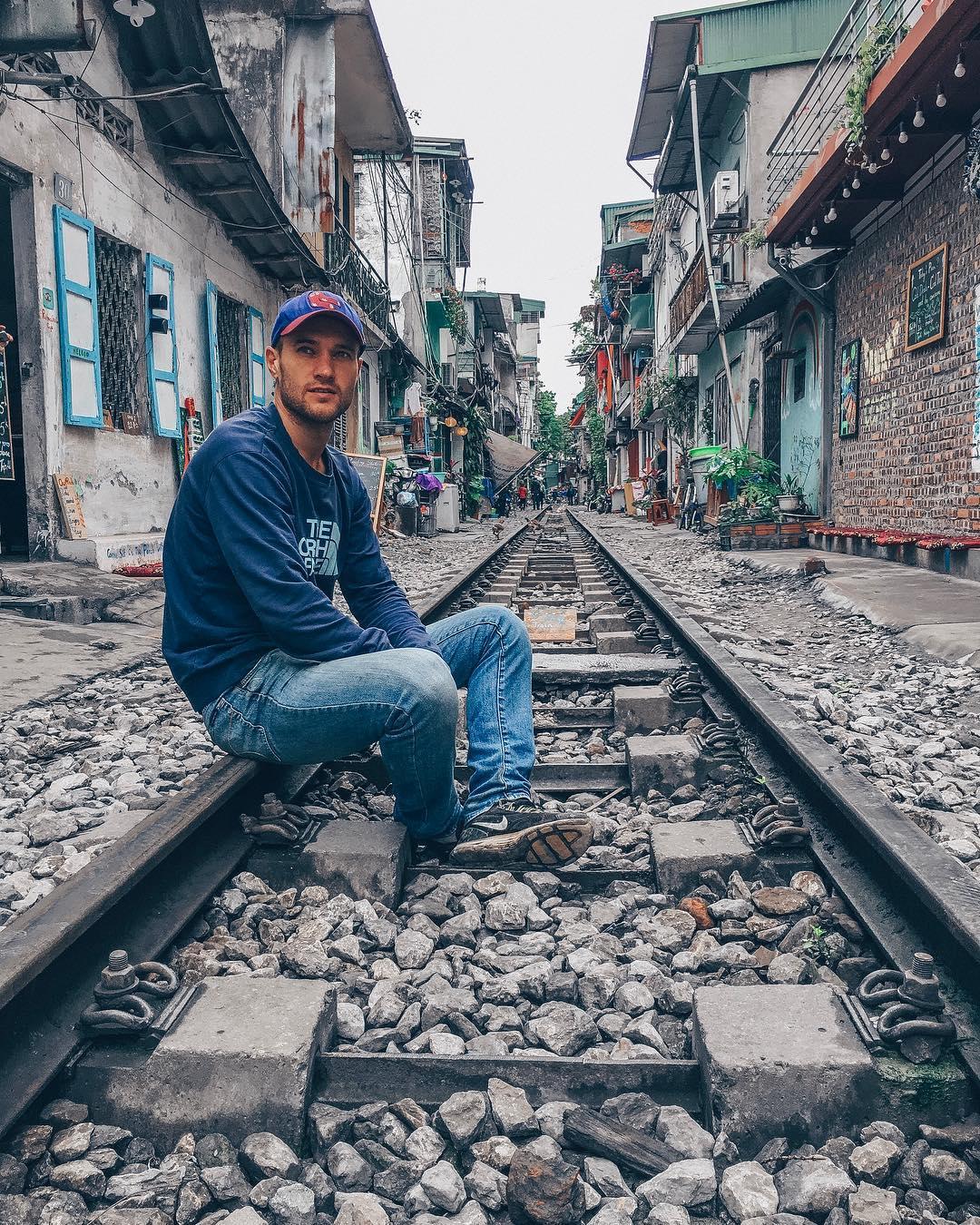 Артём говорит, что если его семья не разделит идею путешествий, он остепенится и поменяет образ жизни