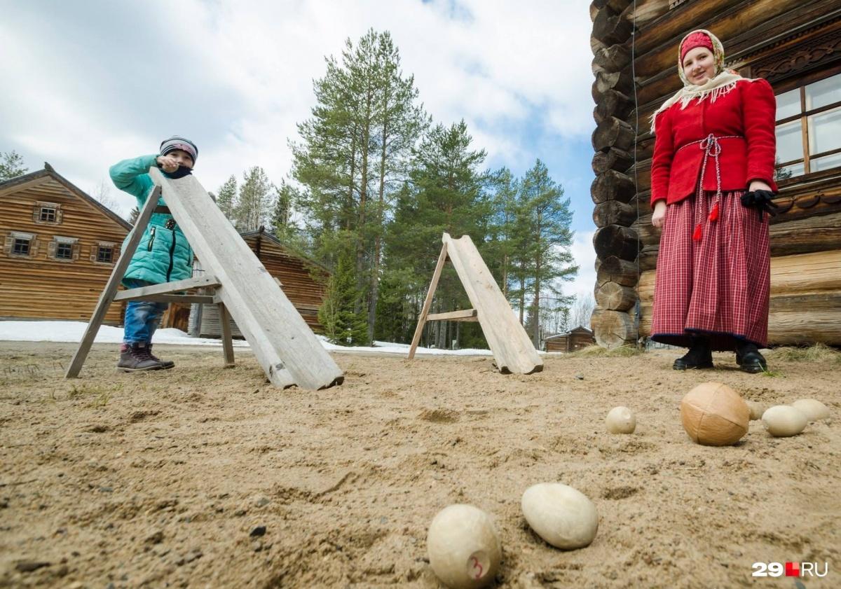 В Архангельске яйца  катали по-взрослому — с высоких горочек