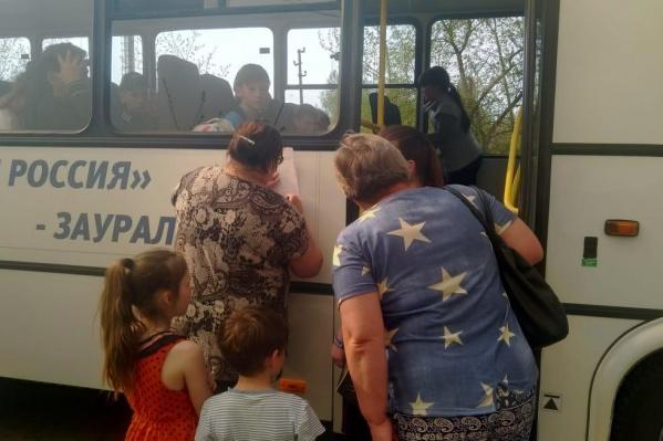 Первыми в автобусы садят женщин, детей и маломобильные группы населения
