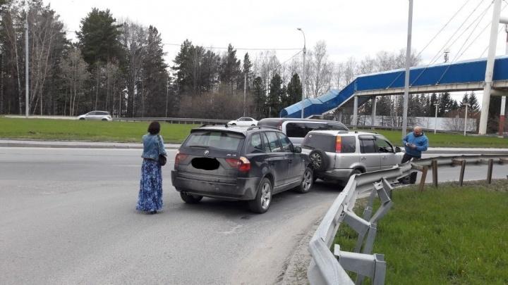 Девушка за рулём BMW не успела среагировать и попала в аварию