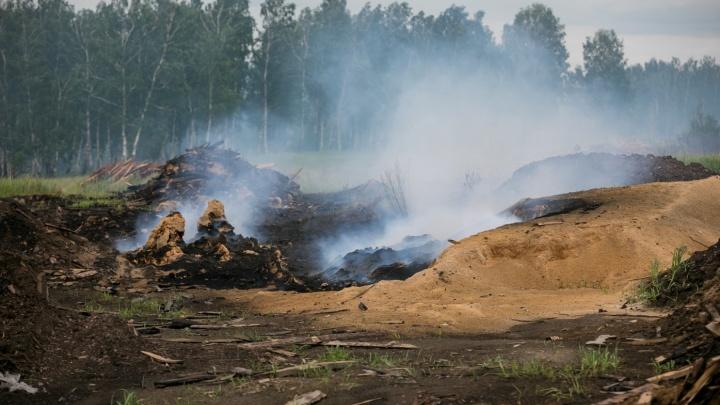 В Канске продолжают гореть отходы лесопилок: пожарные проливают опилки за городом