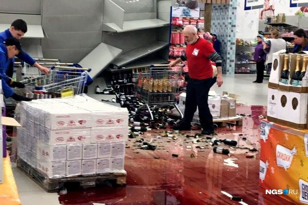 Стеллажи рухнули в винном отделе