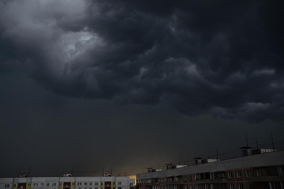 Ночной ливень затопил котлован состроительной техникой вНовосибирске