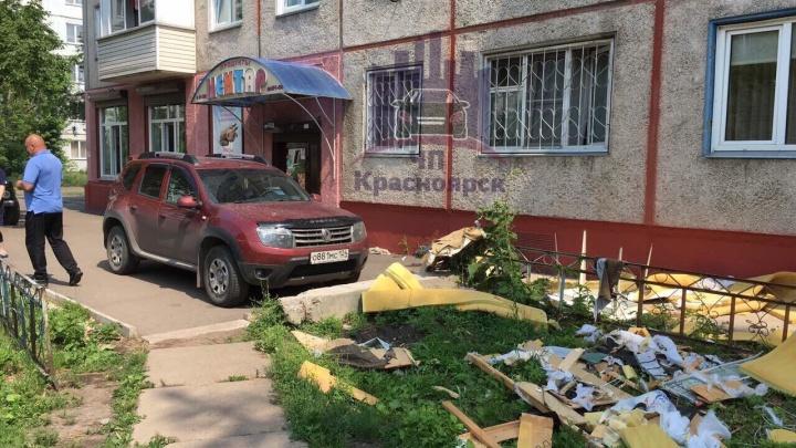 Красноярец выкидывал из окна старую мебель и помял припаркованное авто