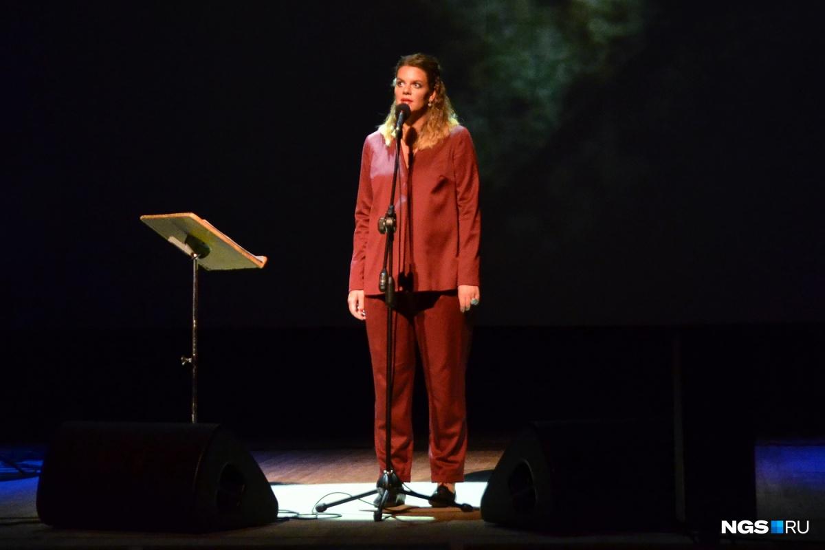 «Одни считают меня шарлатанкой»: главная поэтесса страны выступила в заснеженном лесу