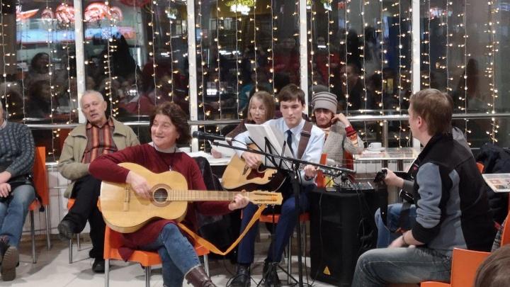 «Вечер отдыха с гитарной песней» прошел в Кургане в ТЦ «Пушкинский»