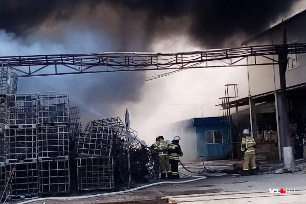 Пожар возник после серии взрывов