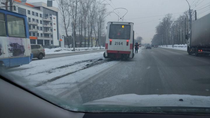 На Сибиряков-Гвардейцев трамвай сошёл с рельсов: движение остановилось