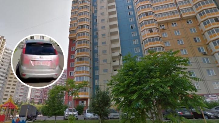 На Чернышевского неизвестные исписали припаркованный «Форд»