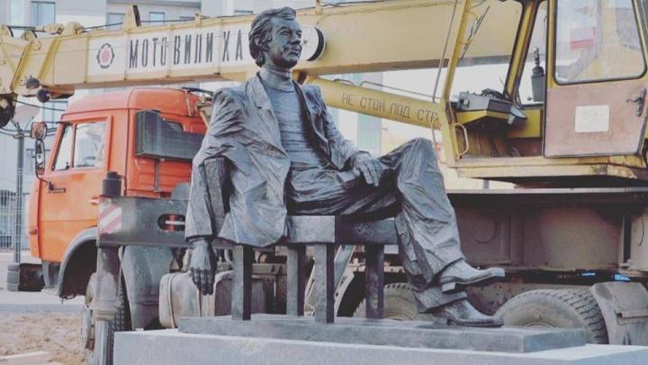 Уральские мастера сделали памятник актёру из «Иронии судьбы» и «Печек-лавочек»